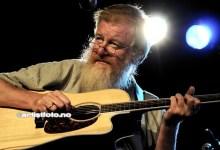 Her Jon Eberson. Han og bandet satt et akustisk preg på konserten i Mandal i kveld