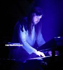 Konserten ble teatralsk. Simen Hestnæs i front og bak på keyboard som syvende far i huset, Sverd. Knut Magne Valle smilte, og det gjorde også publikum i kveld
