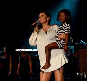 Her er Carola på scenen med sin adoptivdatter Zoe