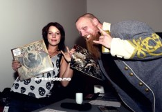 Keyboardist Daniel Myhr poserte villig etter konserten, sammen med Anne Marie Svenningsen, som solgte merch for bandene.