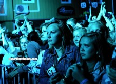 Mange unge publikummere under Erik & Kriss konserten. Her 13 år gamle Sara Aasen i front