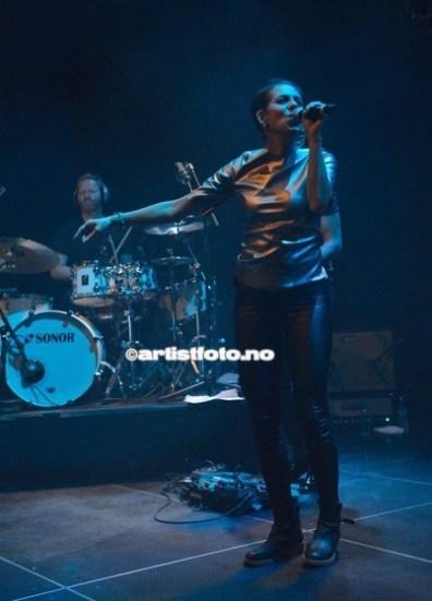 Vokalist Simone Larsen leverte energisk på scenen
