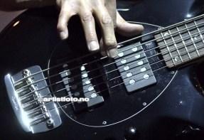 John Myung med sin 6 strengers bass