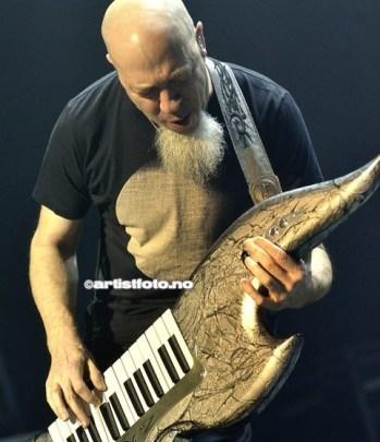 Jordan Rudess begynte å spille klassisk piano når han var 9 år gammel. Ble med i Dream Theater i 1999