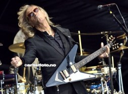 Gitarist og bandleder Davey Johnstone rocket bra på Palmestranda og han har spilt i bandet siden 1971!