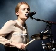 Florrie startet å spille trommer når hun var bare 7 år og her er hun i sitt ess