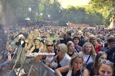Folksom før konserten med Gulddreng. I bakgrunnen kan du også se den flotte Bøkeskogen, som du finner over hele festivalarenaen