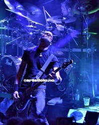 Bassist Osvald Egeland og Stig Reinhardsen på trommer, bak