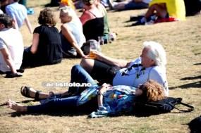 Det var avslappende under konserten med Jonas Alaska. Mange folk satt på gresset og koste seg