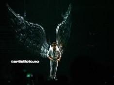 Showet åpnet med at Justin Bieber kom dalende ned til scenen, påmontert engelvinger