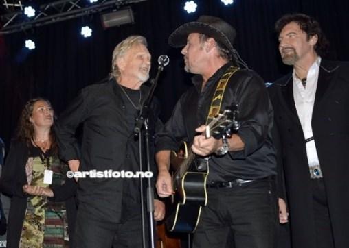 Kris Kristoffersen takker Rune Rudberg for lånet av gitar!
