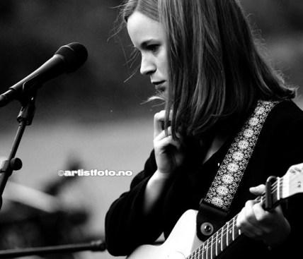 Marit Larsen i et Tankefullt øyeblikk, på den fantastiske konserten