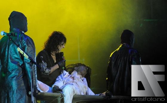 Alice Cooper med teatralsk show på scenen