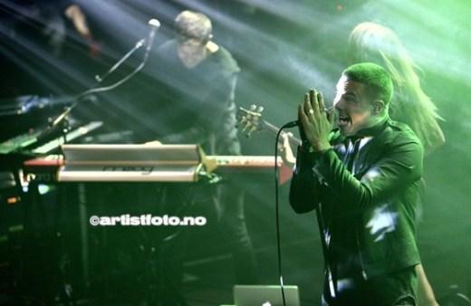 Vokalist og pappa Geirmund Hansen til høyre i bildet under konserten på Kick