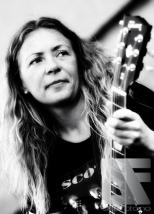 Gitarist Nina Svendsen i tributebandet Scott & The Youngster