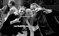 Artistfoto møtte på disse danske smukke pigerne i porten, som mente de gjerne ville bli fotografert av fotografen fra Norge
