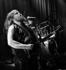Kjartan «Steingrimm Nattsvart» Øvrehus på vokal og gitar