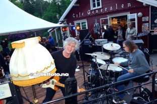 Bob Walkenhorst er en moroklump. The Rainmakers var i storform på Cafe Generalen. Her er vokalist og gitarist Bob Walkenhorst og trommis Pat Tome.