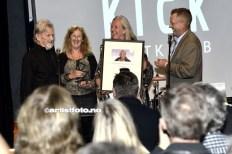 Barna til Erik Bye deler hvert år ut prisen, på Protestfestivalen. (Kris Kristoffersen til venstre i bildet)
