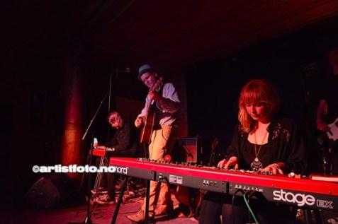 Runar Granheim skapte stor stemning med sin pop/ visesang Tuva Sofie Andersen (til høyre i bildet) spilte tangenter under konserten til Runar Granheim.