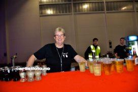 Wenche Stokkeland solgte drikke så det kostet etter. Hun er også en av eierne av Bryggerhuset, som var arrangør i kveld. Foto: Svein Erik Nomeland