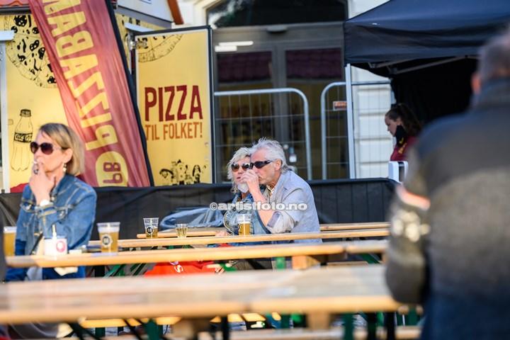 Stråmenn på Øvre Torv i Kristiansand. Foto: Svein Erik Nomeland