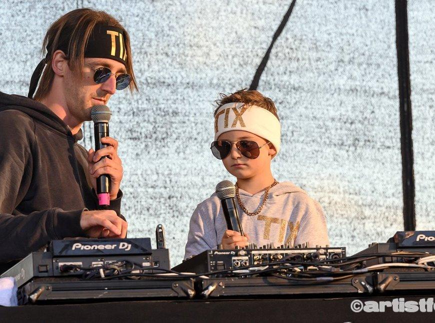 Marinius Husa-Brekke på 5 år fikk prøve seg som DJ for TIX på Skalldyrfestivalen. Foto: Marie Launes