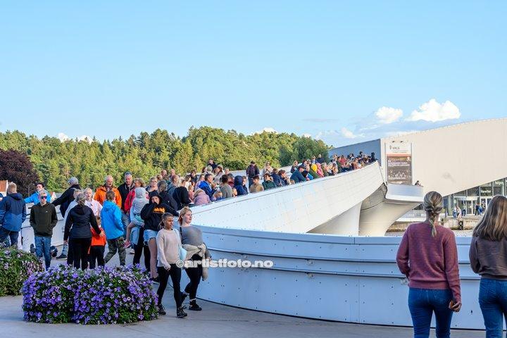 Folksomt på broa under TIX på Skalldyrfestivalen i Mandal. Foto: Marie Launes